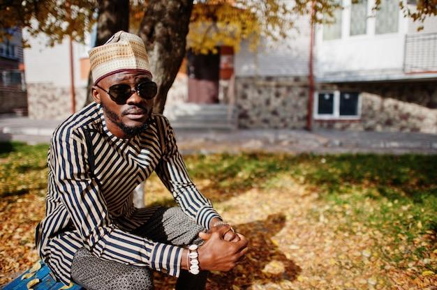 Portrait of stylish man at hat and sunglasses Premium Photo