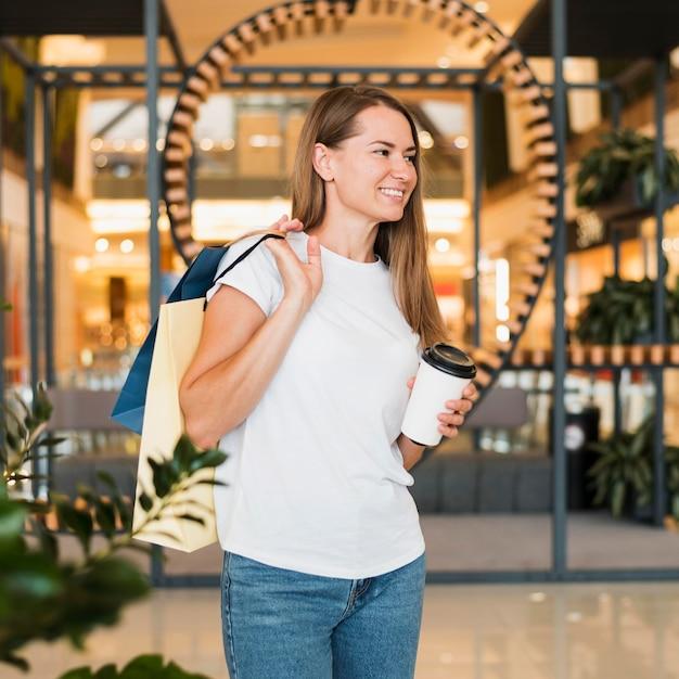 Ritratto di donna alla moda che trasportano le borse della spesa Foto Gratuite