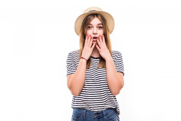 Ritratto di bella donna sorpresa che tiene la testa con stupore e bocca aperta sopra il muro bianco Foto Gratuite