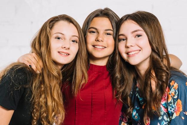 Ritratto di tre sorridenti amici adolescenti femminili Foto Gratuite