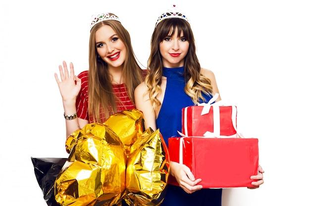 Ritratto di due belle donne con palloncini luminosi e scatole regalo Foto Gratuite