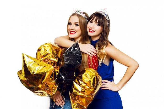 Ritratto di due belle donne con palloncini luminosi del partito Foto Gratuite