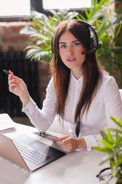 Ritratto dell'operaio di servizio di cliente della donna Foto Gratuite