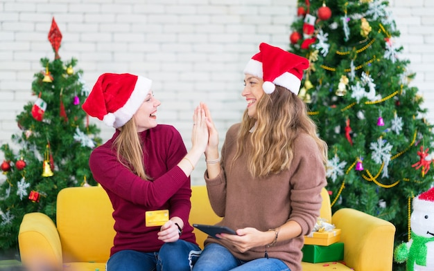 Premium Photo Portrait Of Woman And Friend Showing A Blank Credit Card In Christmas Holidays Christmas And New Year Shopping On The Internet Payment By Credit Card