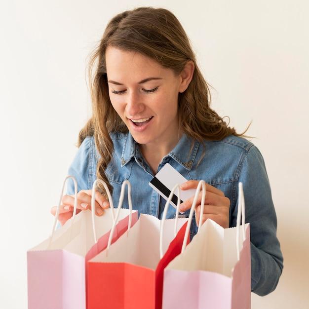 Ritratto di donna felice di ricevere acquisti Foto Gratuite