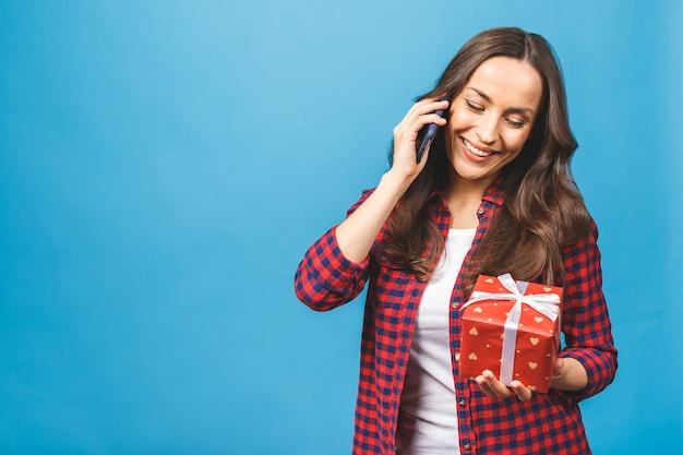 Портрет женщины, держащей подарочную коробку Premium Фотографии