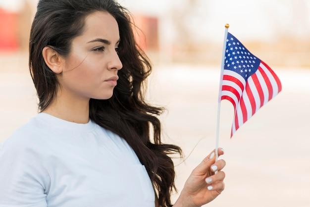 Ritratto di donna che guarda la bandiera degli stati uniti Foto Gratuite