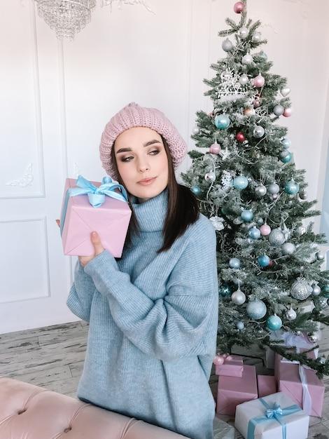 크리스마스 트리 근처 세로 여자 프리미엄 사진