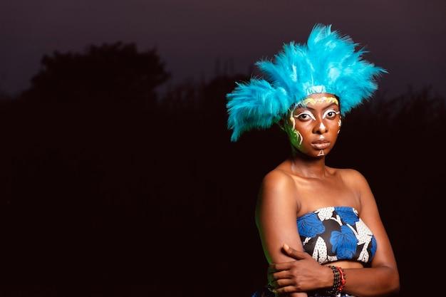 Donna del ritratto di notte al carnevale Foto Gratuite