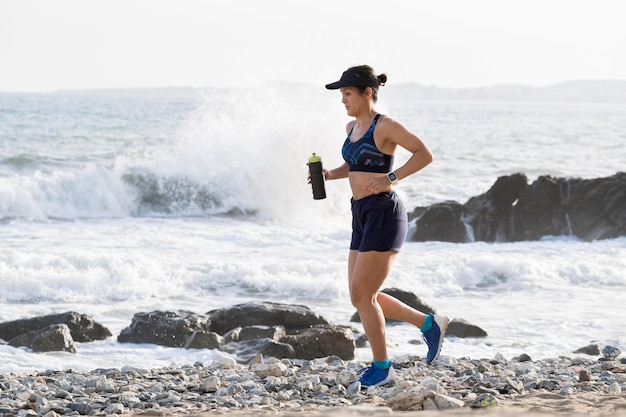 Портрет женщины, бегущей на берегу моря Бесплатные Фотографии