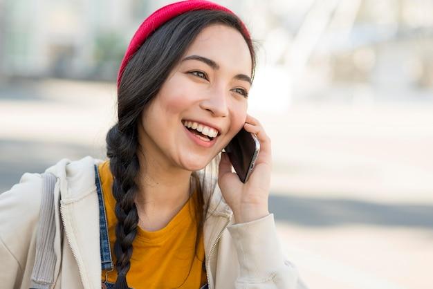 Donna del ritratto che parla sopra il telefono Foto Gratuite