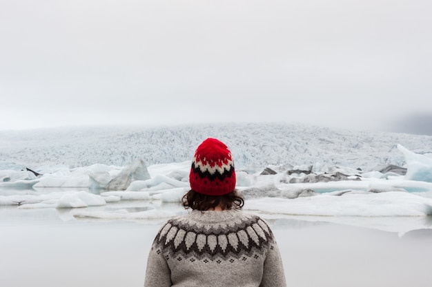 Portrait of a woman wearing an icelandic sweater in front of fjallsarlon lagoon Premium Photo