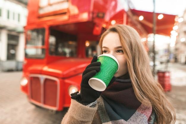 一杯のコーヒーと肖像画の女性 Premium写真