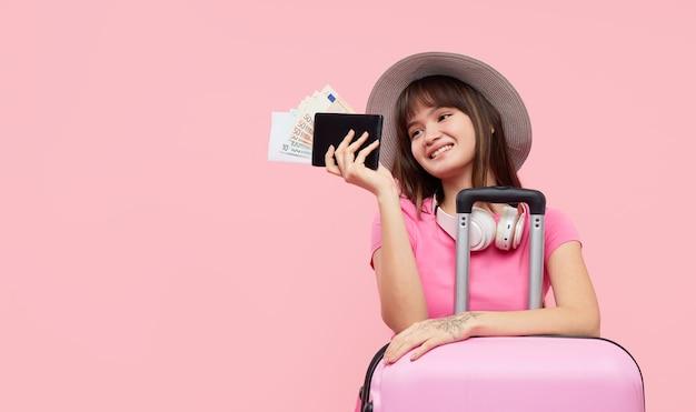 スーツケースを持つ肖像画の女性 Premium写真