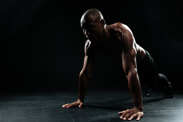 Portrait of youg afro american sports man doing pushup exercise Free Photo