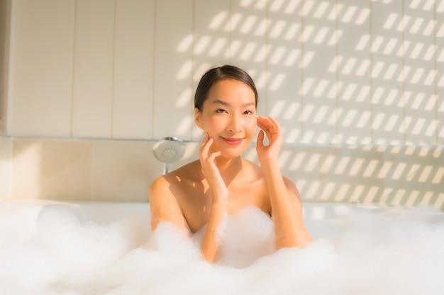 若いアジアの女性の肖像画はリラックスしてバスタブでお風呂 無料写真