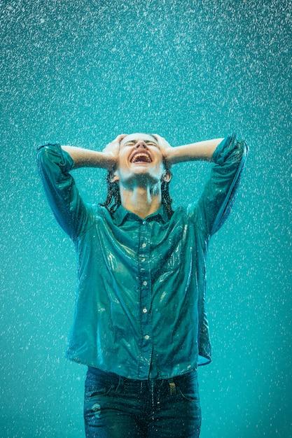 Il ritratto di giovane donna bellissima sotto la pioggia Foto Gratuite