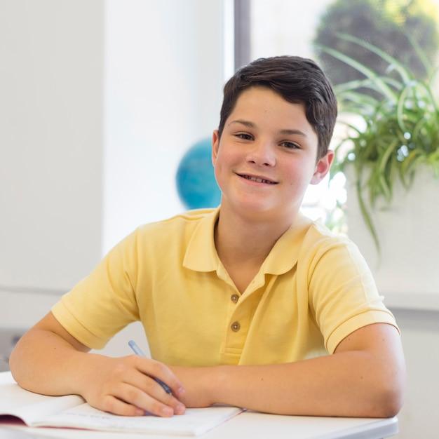 Ragazzo del ritratto a scuola Foto Gratuite
