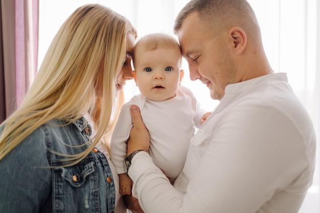 Ritratto di una giovane famiglia Foto Gratuite