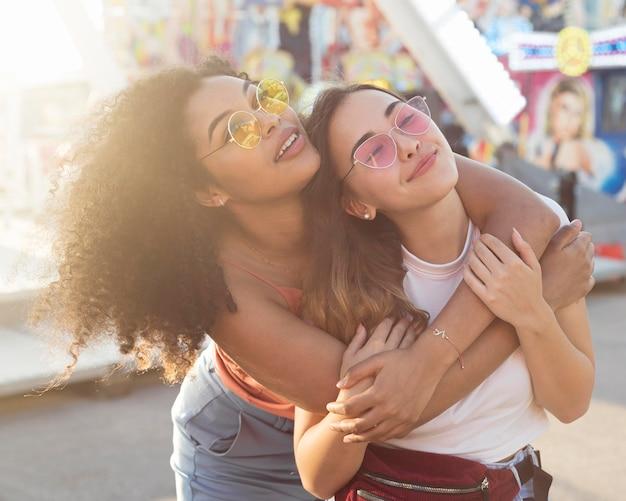 Ritratto di giovane ragazza divertirsi insieme Foto Gratuite