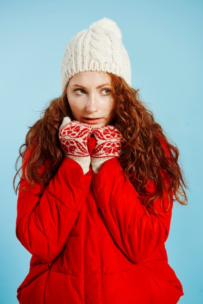 Ritratto di giovane ragazza tremante di freddo Foto Gratuite