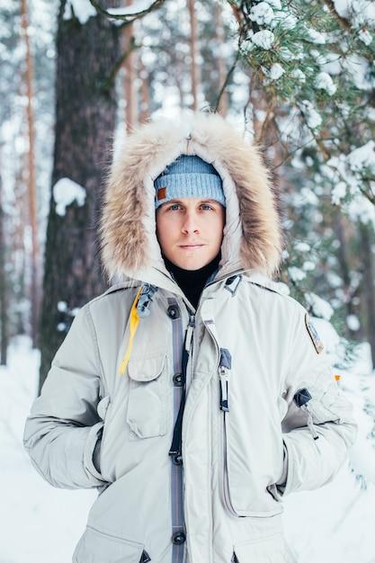 Ritratto di giovane uomo in cappotto invernale freddo profondo Foto Gratuite