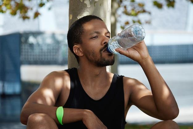 Ritratto di giovane uomo di acqua potabile Foto Gratuite