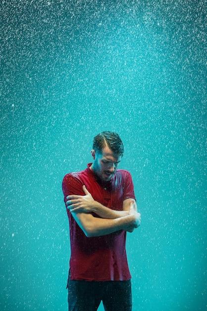 Il ritratto di giovane uomo sotto la pioggia Foto Gratuite