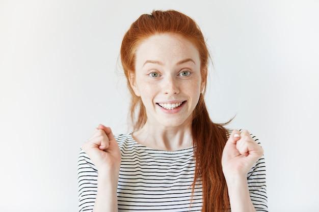 Ritratto di giovane donna dai capelli rossi Foto Gratuite