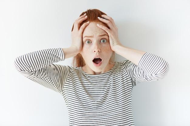 Ritratto di giovane donna dai capelli rossi | Foto Gratis