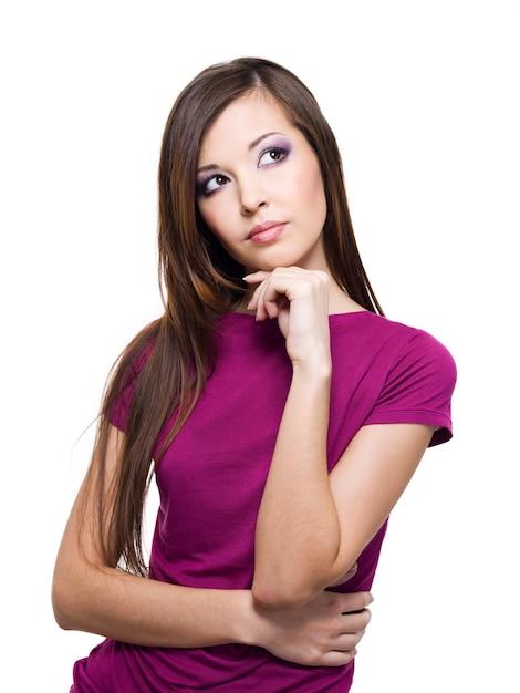 Ritratto di una giovane donna pensante che guarda lontano Foto Gratuite