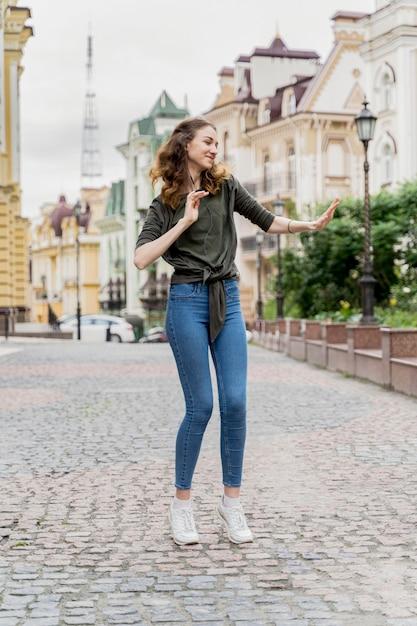 Портрет молодой женщины, танцы на улице Бесплатные Фотографии