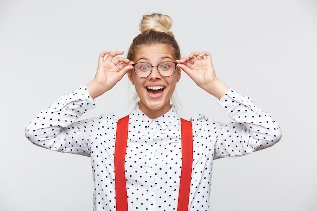 Ritratto di una giovane donna con gli occhiali e guardando la parte anteriore Foto Gratuite