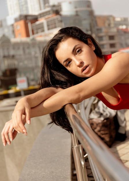 Ritratto di giovane donna all'aperto Foto Gratuite