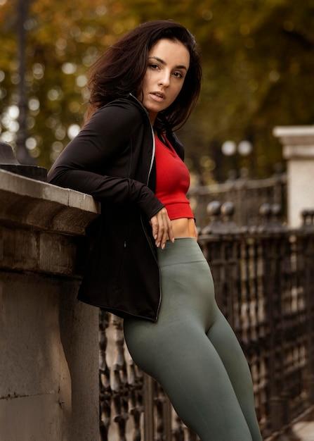 Ritratto di giovane donna in posa all'aperto Foto Gratuite