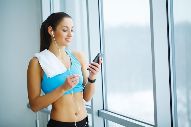 Portrait of young woman in sportswear, doing fitness exercise. Premium Photo