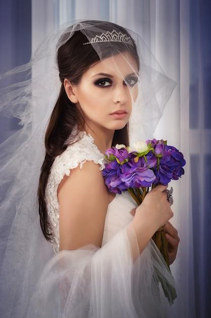 Portreit bride wih bouquet in studio Premium Photo