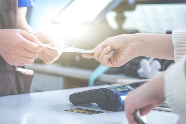 현금 결제 쇼핑 대신 Pos 신용 카드 결제 무료 사진