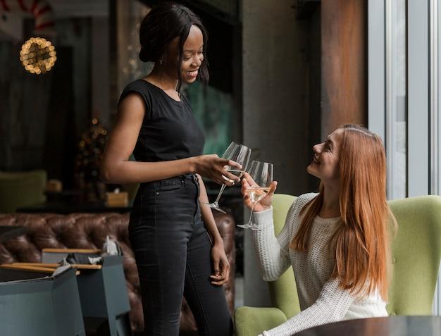 ワインを楽しんでいる肯定的な大人の女性 無料写真
