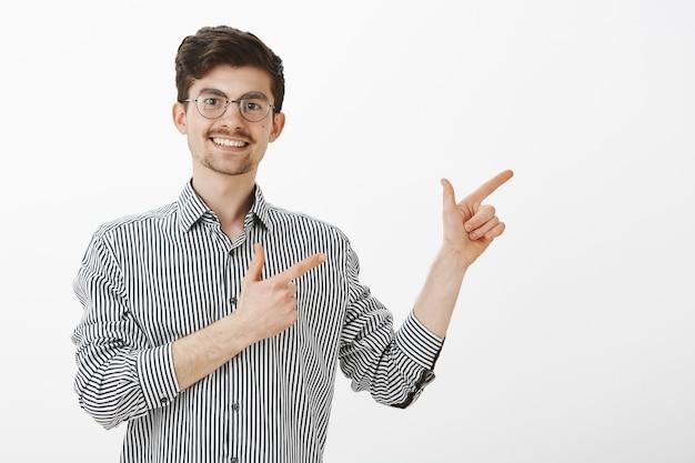 スタイリッシュな丸いメガネの口ひげとあごひげを持つ陽気な魅力的なフレンドリーな男。 無料写真