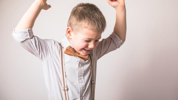 Позитивные эмоции. радостный ребенок держится за руки Premium Фотографии