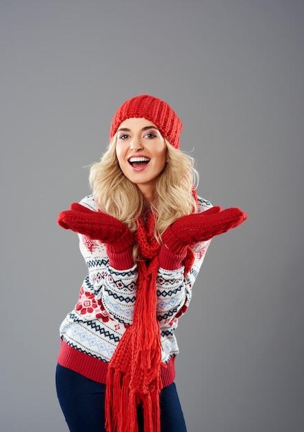 冬服の女性のポジティブな感情 無料写真