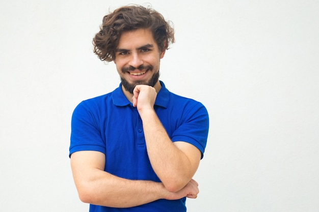 Positive happy guy leaning chin on hand Free Photo