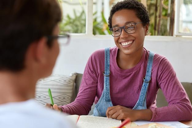 眼鏡の前向きな若い黒人女性ジャーナリスト 無料写真