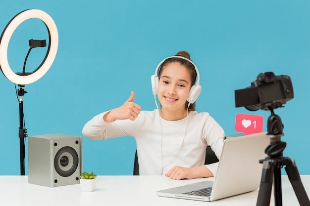 Позитивная молодая девушка счастлива записать видео Бесплатные Фотографии