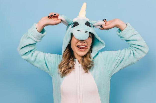 Giovane donna positiva che posa in pigiama divertente Foto Gratuite