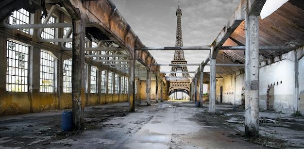 Постапокалиптическая эйфелева башня Premium Фотографии