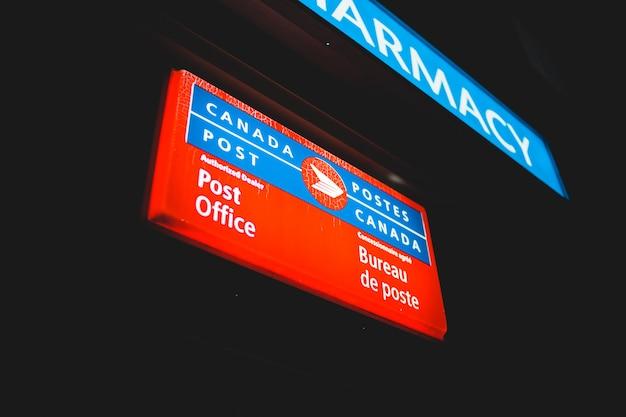 Segno illuminato ufficio postale Foto Gratuite
