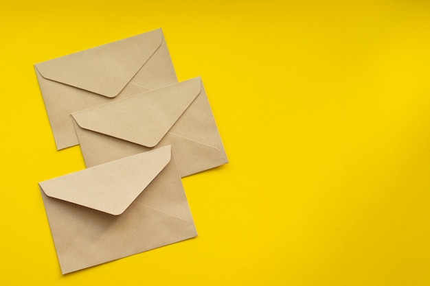 엽서. 크래프트 갈색 종이 봉투. 프리미엄 사진