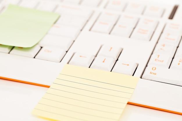 キーボードのpostitノート 無料写真